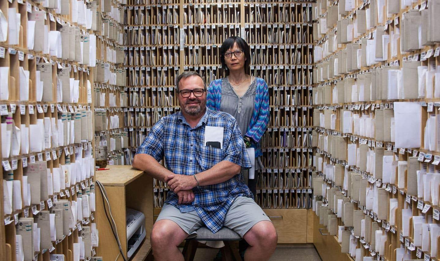 Richard Chrétien, fondateur et directeur général du Sac à dos, et Bin Wang, coordinatrice du service postal, au centre des 2000 cases postales du service. Arrivée de Chine en 2001, MmeWang s'est impliquée comme bénévole à partir de 2003, avant de mettre au point un système de classement et de suivi des utilisateurs.