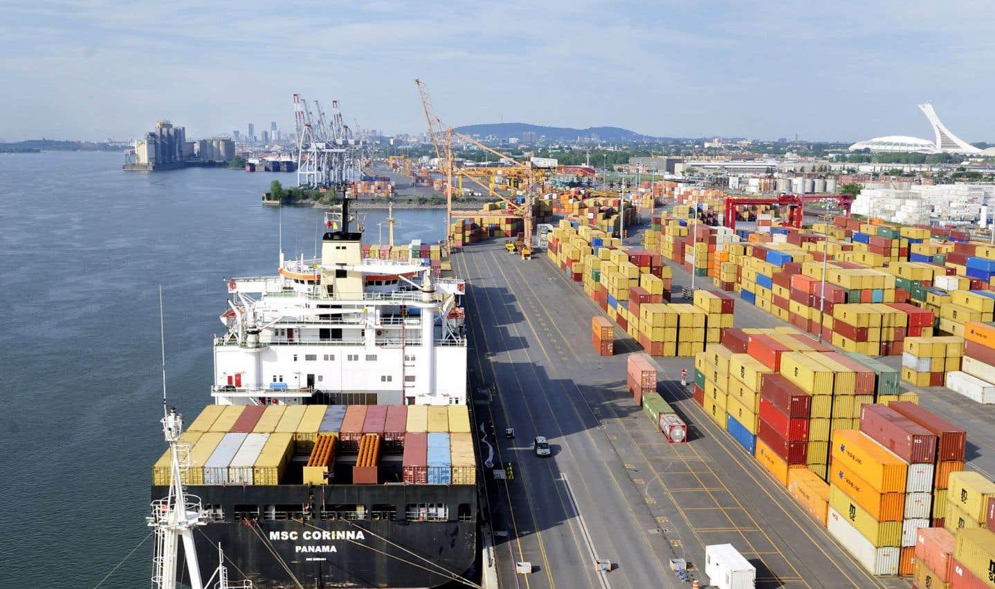 Une des particularités du port de Montréal vient du fait que les navires sont entièrement chargés et déchargés sur place.