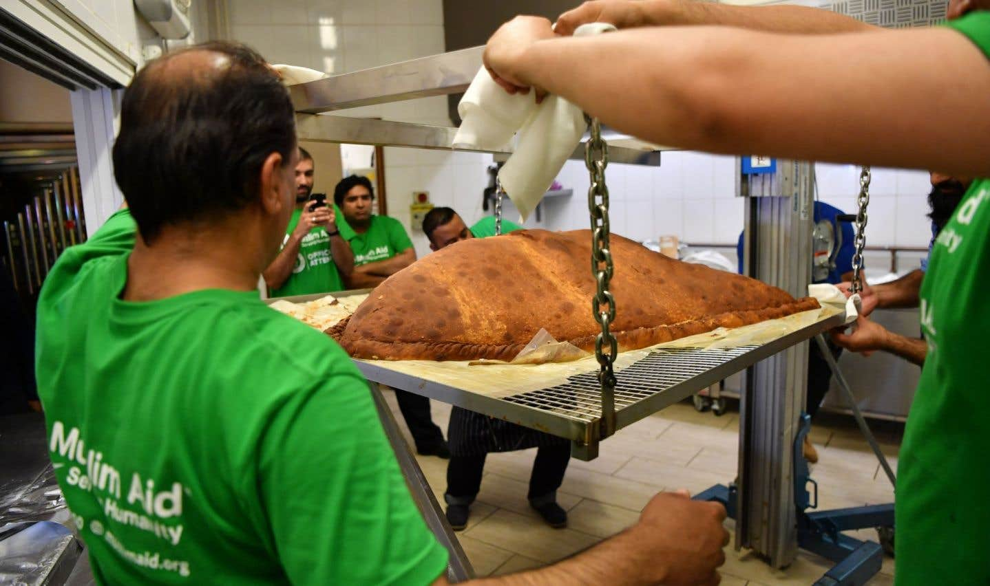 La samossa a été frit dans une cuve réalisée sur-mesure pour l'occasion, dans une mosquée d'East London.