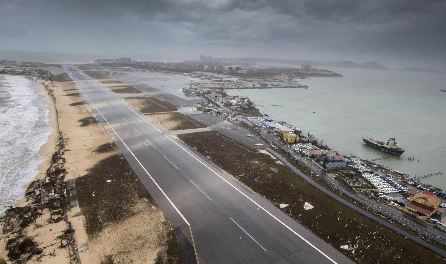 D'importants dommages ont été rapportés à Saint-Martin, une île partagée entre des autorités françaises et néerlandaises (Sint Marten). Sur la photo: l'aéroport international Princess Juliana