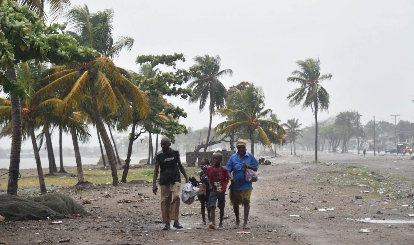 Des Haïtiens affrontent les grands vents et la pluie sur une plage de Cap-Haïtien, le 7 septembre, à mesure que l'ouragan «Irma» s'approche.