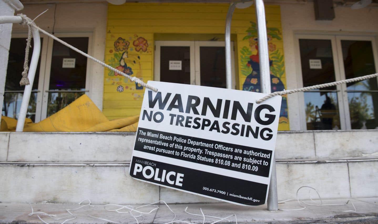 Un panneau met en garde contre les intrus pendant que les résidents et les touristes évacuent Miami Beach, en Floride, le 7 septembre, prévoyant l'arivée d'«Irma».
