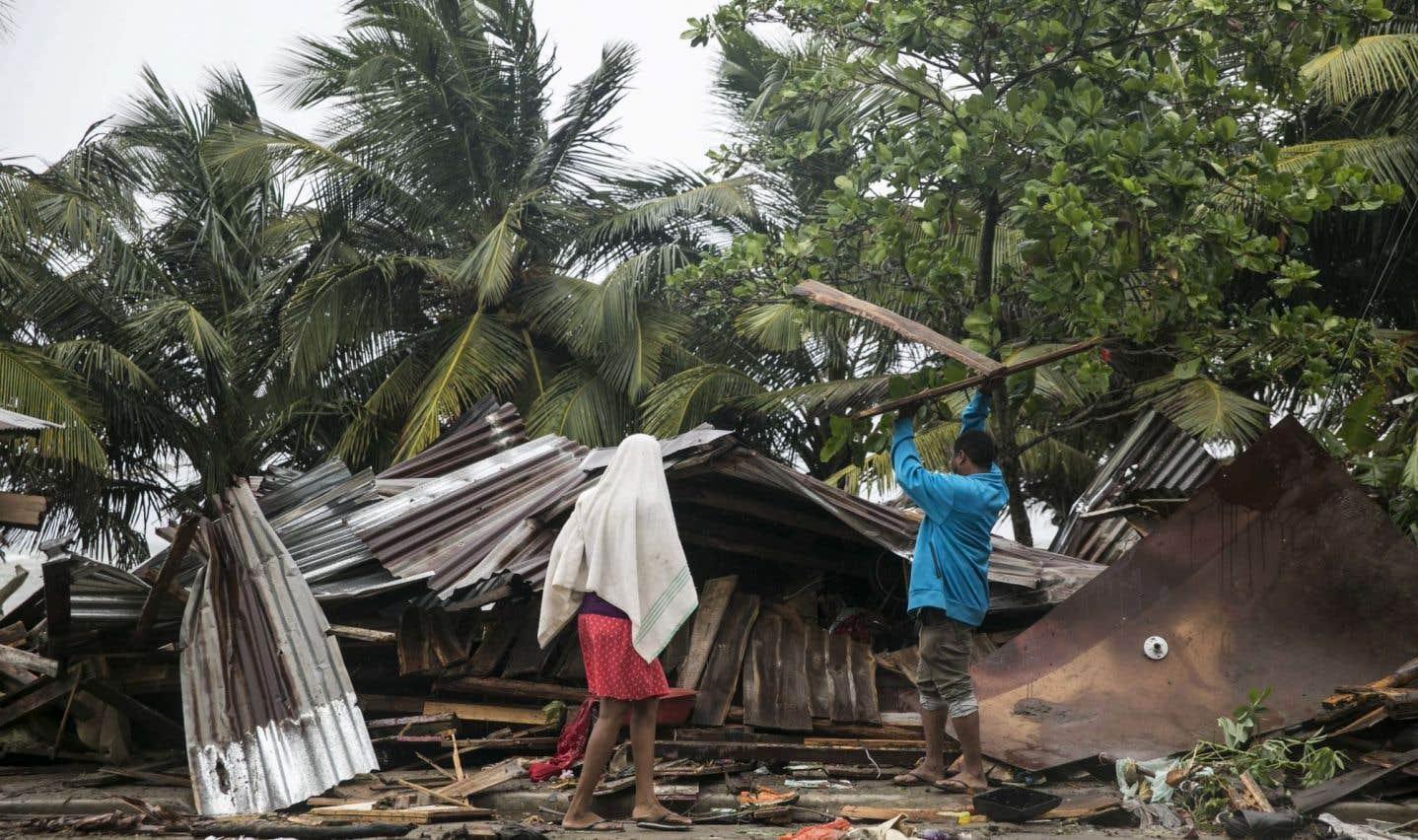Un homme commence la reconstruction de sa maison après qu'elle eut subi des dégâts causés par l'ouragan «Irma» à Nagua, en République dominicaine.