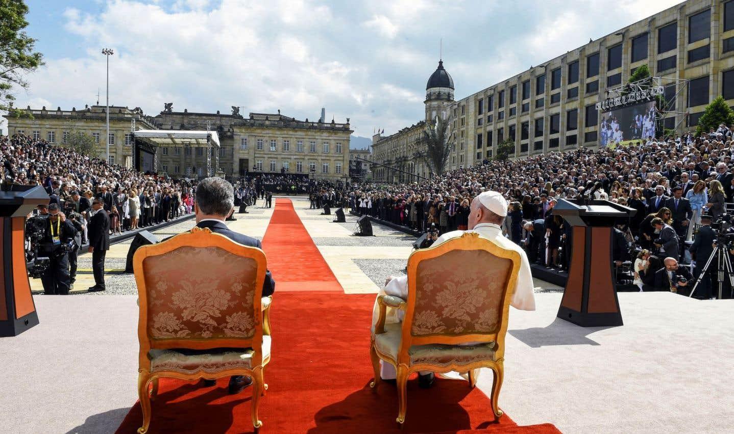 Le pape François et le président colombien Juan Manuel Santos sont assis devant le palais présidentiel à Bogotá lors d'une cérémonie, jeudi.
