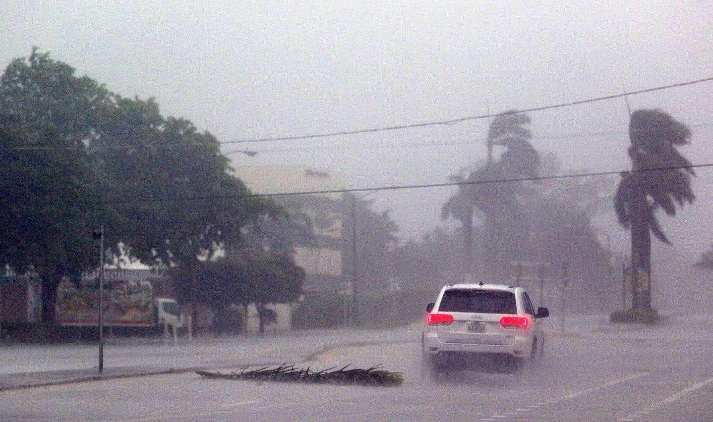 L'ouragan se déplace à la vitesse de 13 km/h vers la côte ouest.