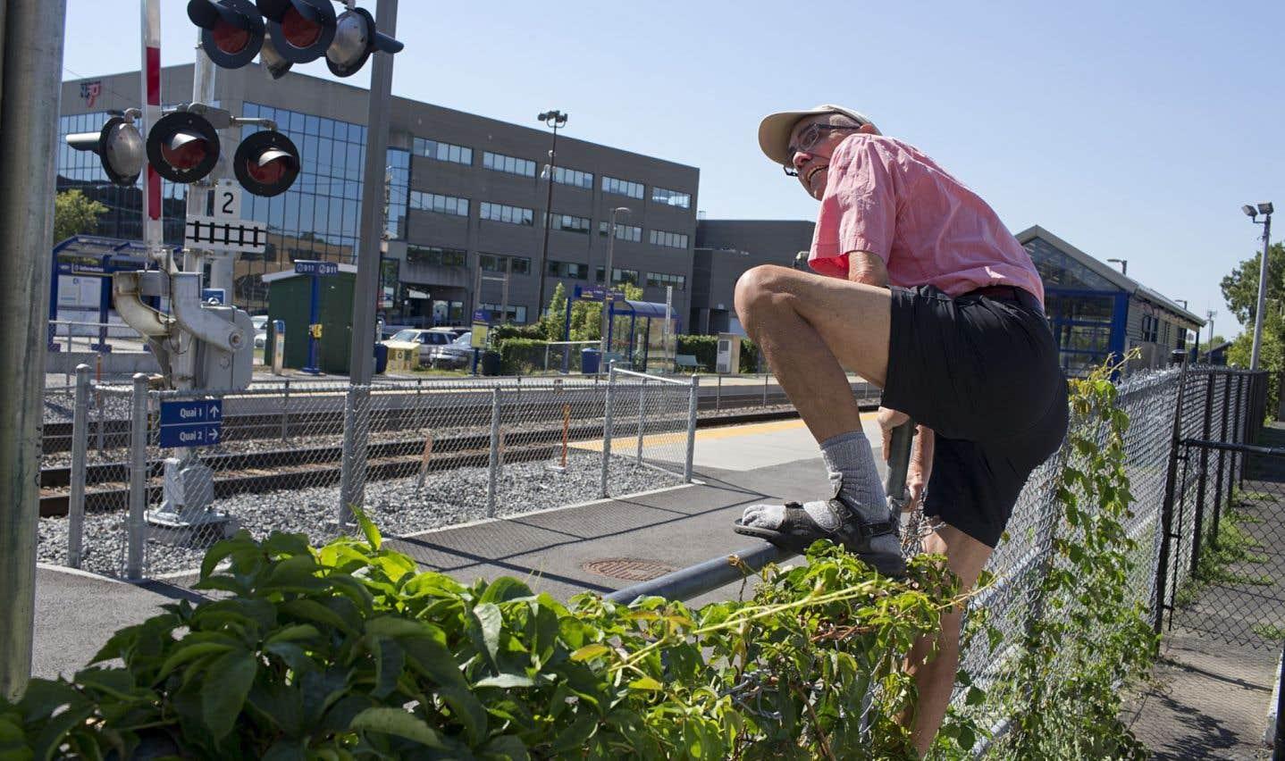 Chaque jour, des Montréalais traversent à leurs risques et périls la voie ferrée qui scinde les quartiers Villeray et Parc-Extension dans le secteur de la rue Ogilvy, faute d'un passage à niveau aménagé.