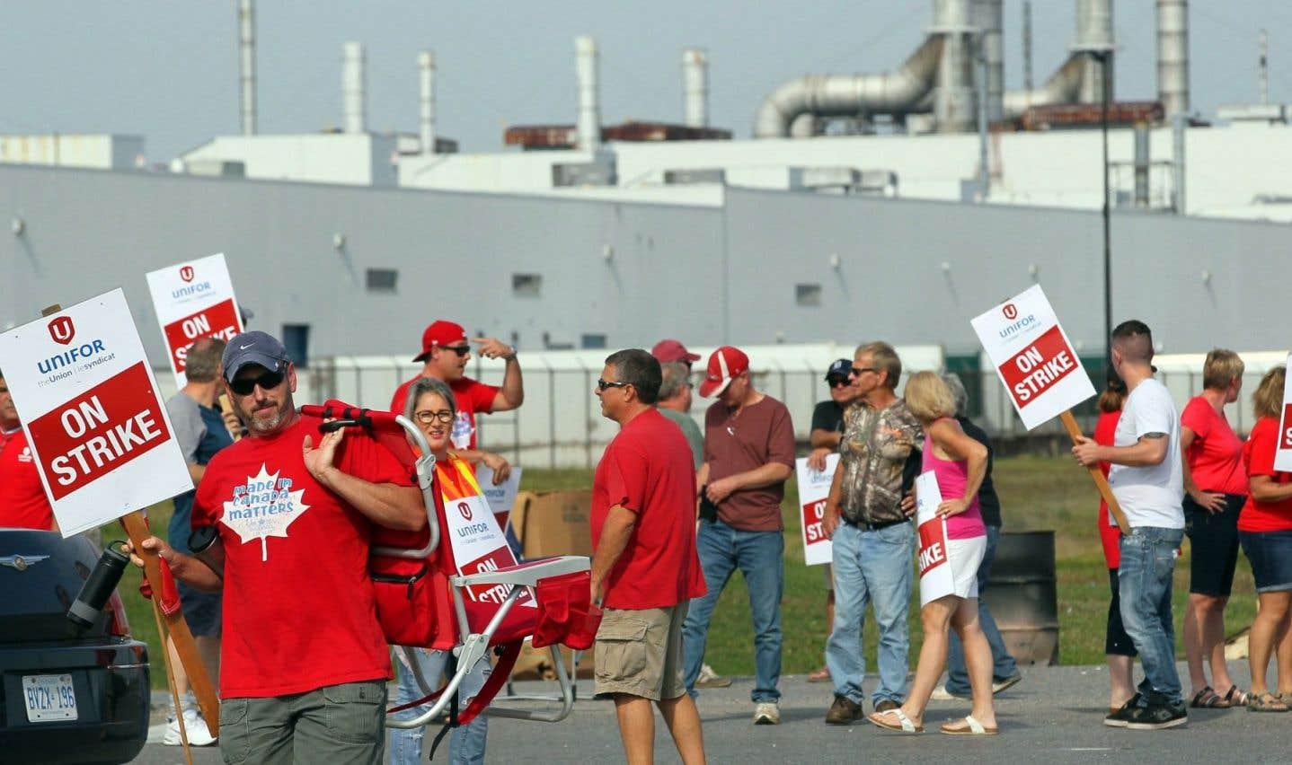 Des employés tenaient un piquet de grève devant leur usine, lundi.