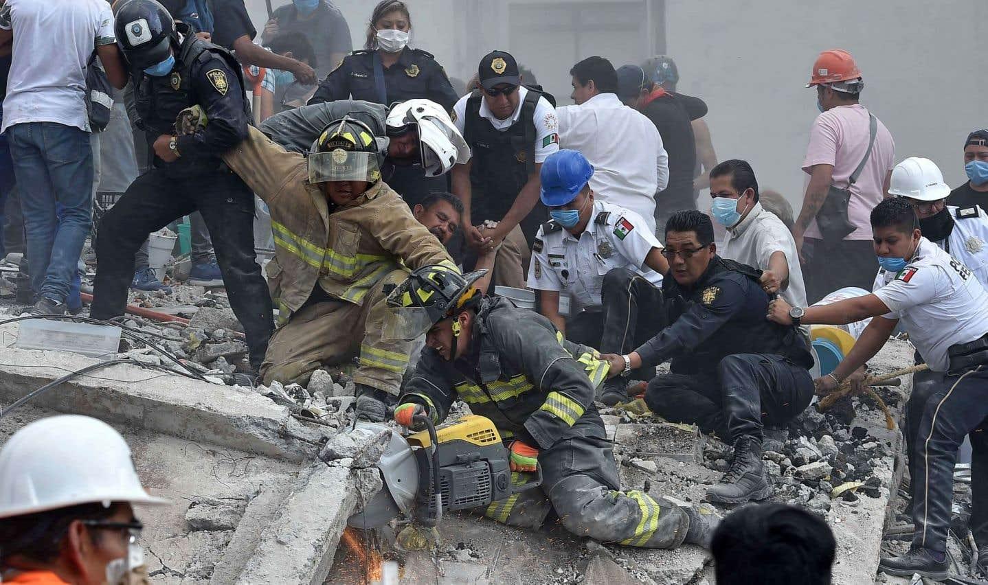 Des secouristes dégagent les débris d'un bâtiment écroulé à Mexico afin de sauver des survivants du séisme.
