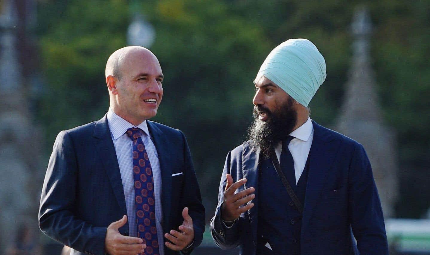 Jagmeet Singh a annoncé avoir obtenu l'appui du député Nathan Cullen (à gauche) dans la course à la chefferie du NPD, mercredi.