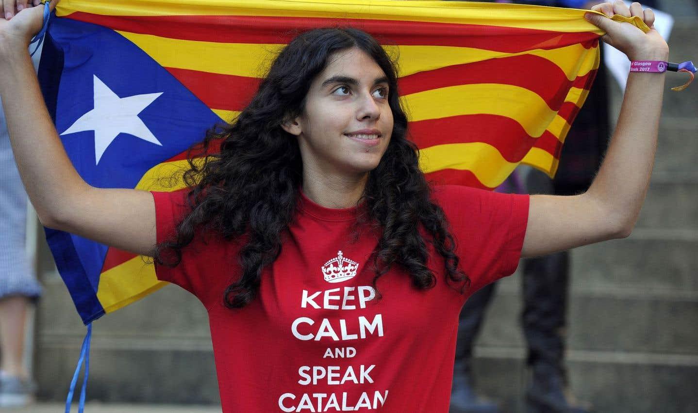 Une partisane de l'indépendance de la Catalogne manifeste dans les rues de Glasgow, en Écosse.