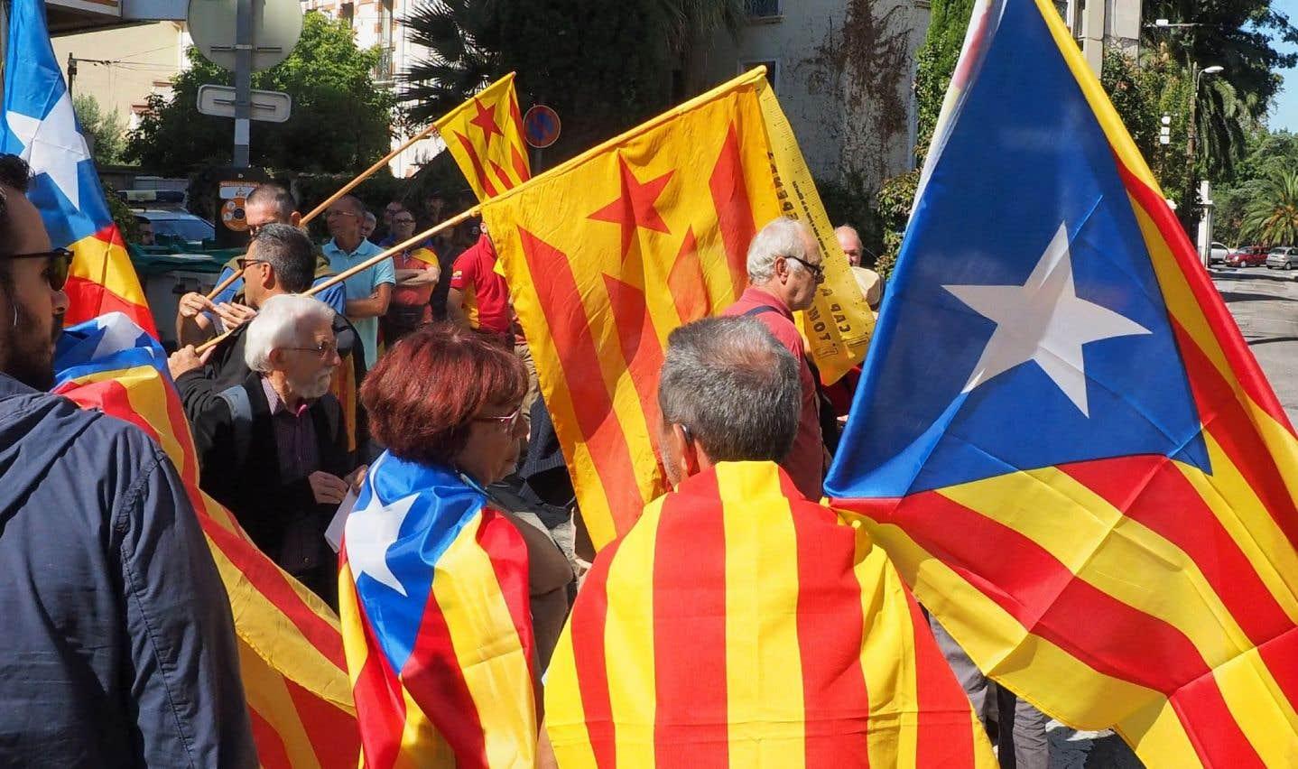 Environ 300 personnes ont démontré leur soutien au référendum catalan en manifestant dans les rues de la ville de Perpignan, en France.