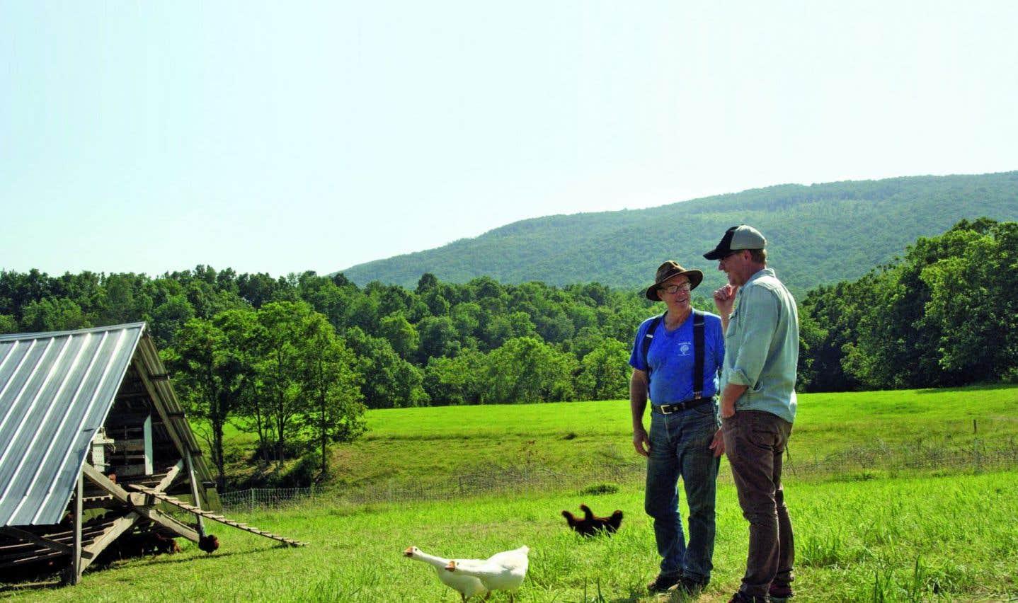 Le fermier le plus important du monde moderne, Joel Salatin, en compagnie du cinéaste Marc Séguin dans «La ferme et son État». Salatin démontre par la pratique qu'on pourrait concevoir l'agriculture autrement.