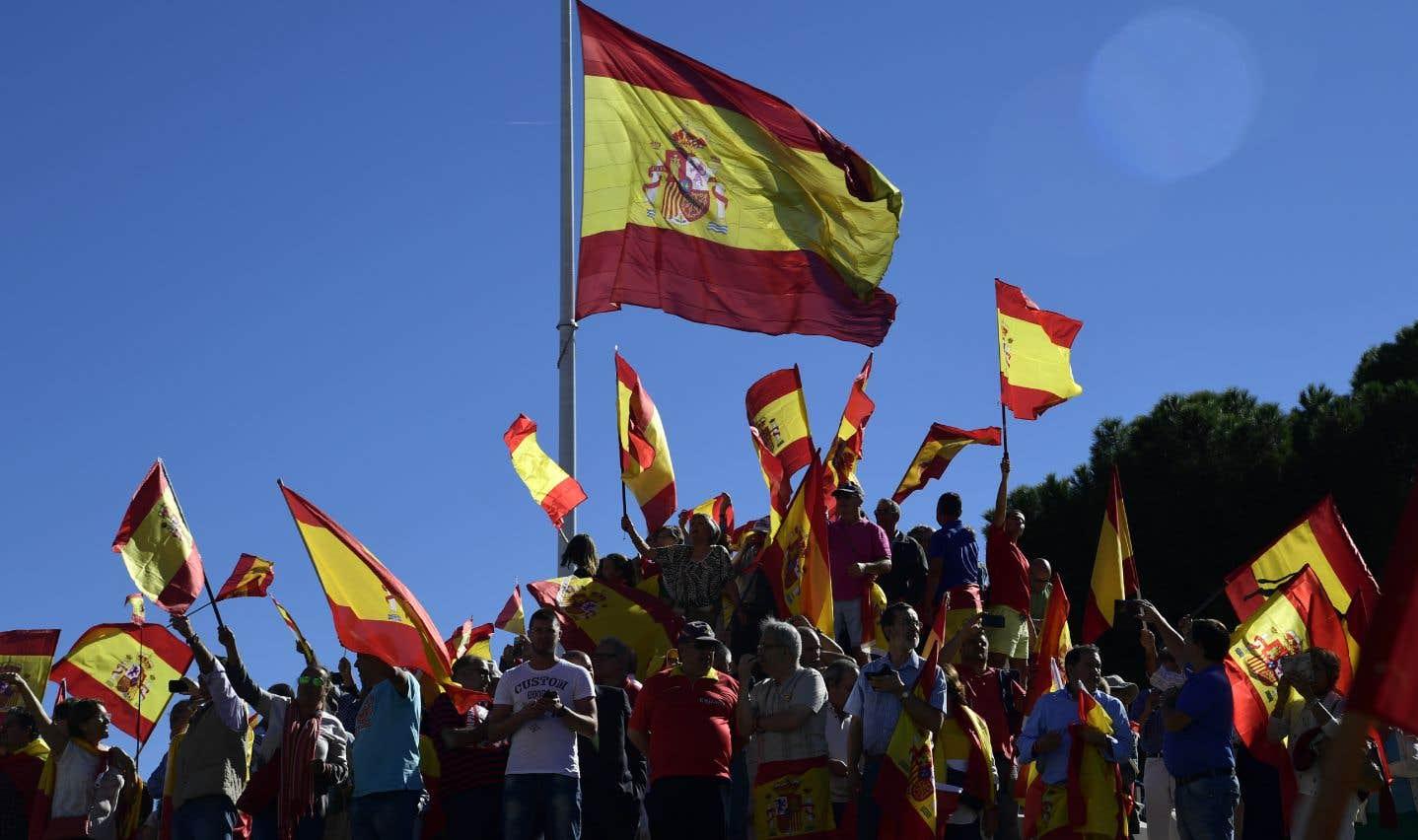 Les opposants à l'indépendance catalane manifestent et appellent au dialogue