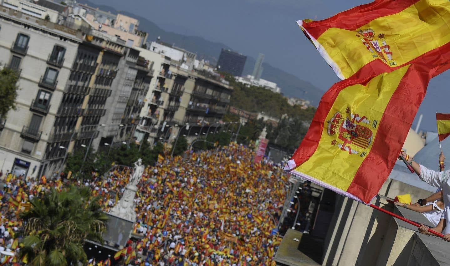 Catalogne: Des centaines de milliers de manifestants contre l'indépendance à Barcelone