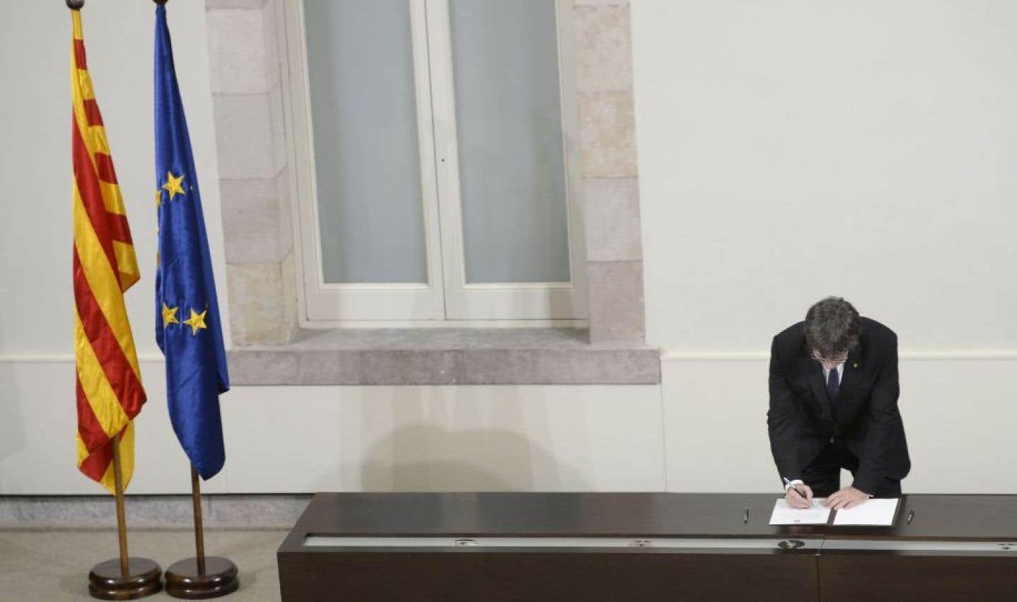 Le président de la Catalogne, Carles Puigdemont, a signé la déclaration d'indépendance de cette région de l'Espagne, mais son gouvernement et lui en ont suspendu l'application — sans limite de temps — pour pouvoir négocier avec Madrid.