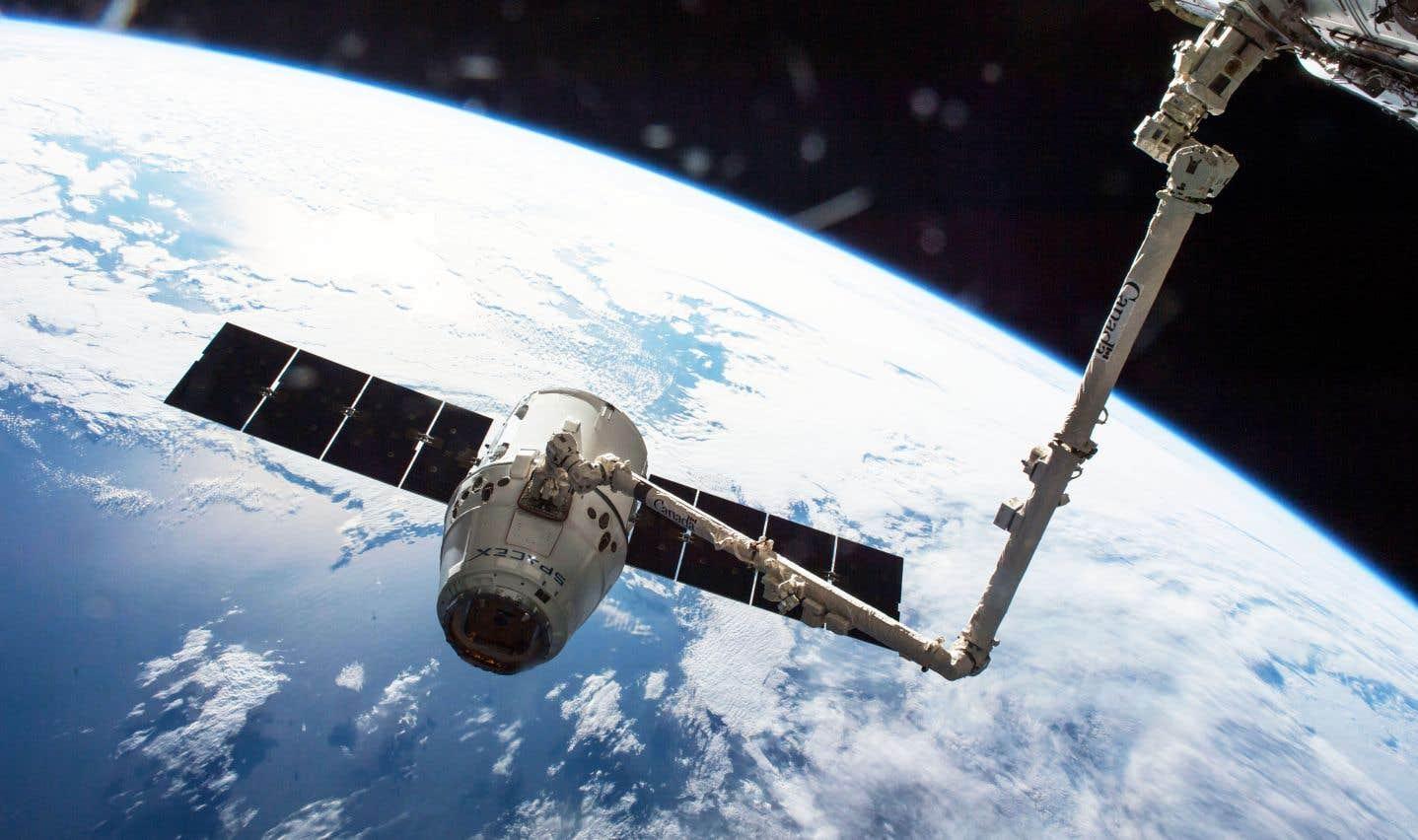 Les astronautes de la Station spatiale internationale captent la capsule «Dragon» conçue par SpaceX à l'aide du Bras canadien avant de l'amarrer.