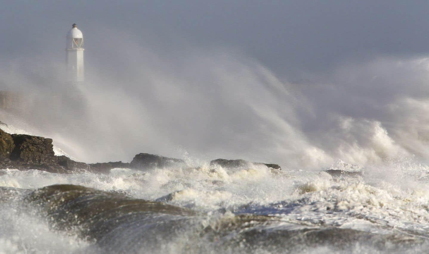 Face aux «risques mortels» entraînés par les vents violents, les autorités ont fermé toutes les écoles, de nombreux services publics, transports et commerces, enjoignant aux habitants de rester confinés chez eux.