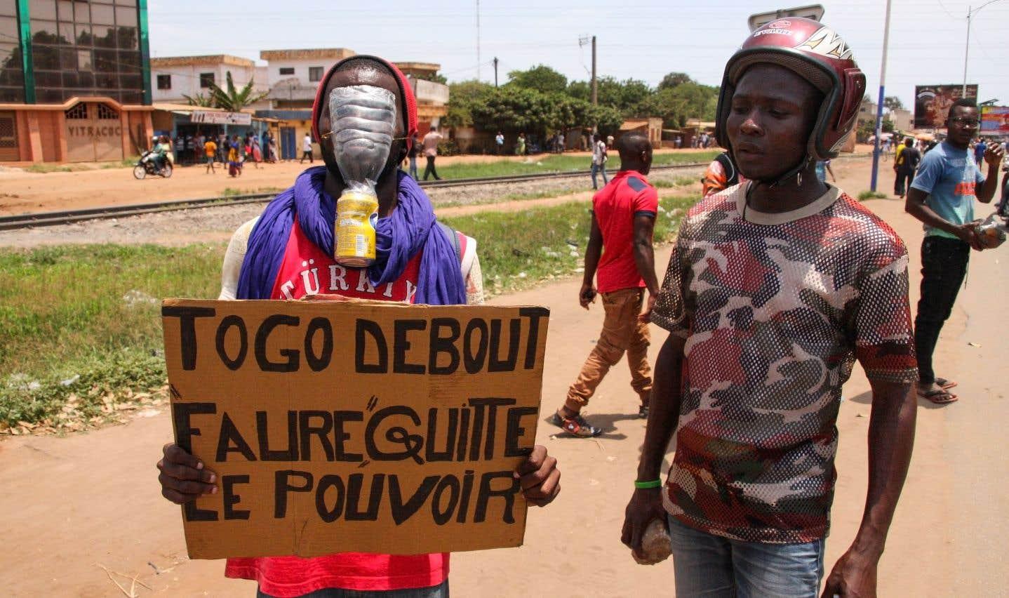 «Togo debout, Faure quitte le pouvoir», peut-on lire sur l'affiche d'un manifestant contre le pouvoir, dans les rues de Lomé.