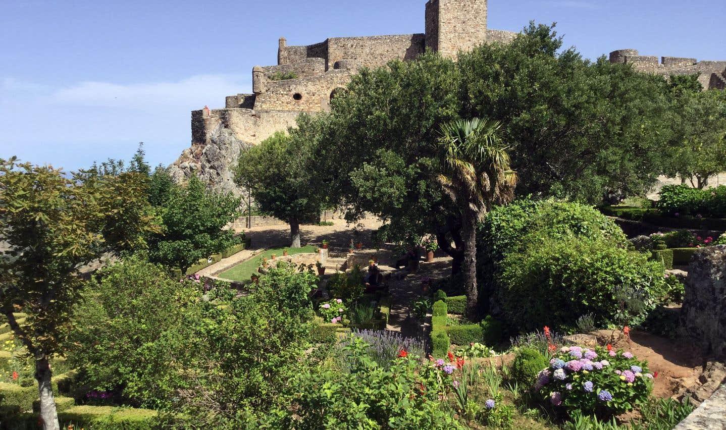Le village de Marvao et son château sont visibles de loin. La cité médiévale a été construite à même un piton rocheux qui s'élève à 800 mètres d'altitude.