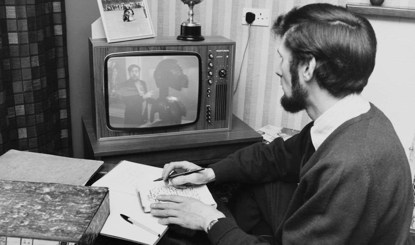 Un étudiant regarde une émission de l'Open University, en février 1971.