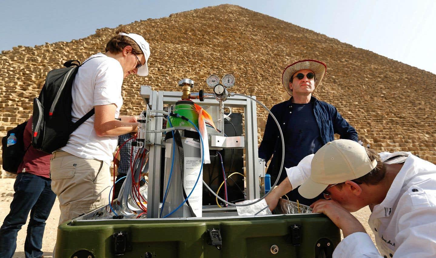 Dans le but de mieux comprendre la structure de la pyramide sans toutefois percer des ouvertures, les chercheurs ont fait appel à différentes techniques de détection des muons.