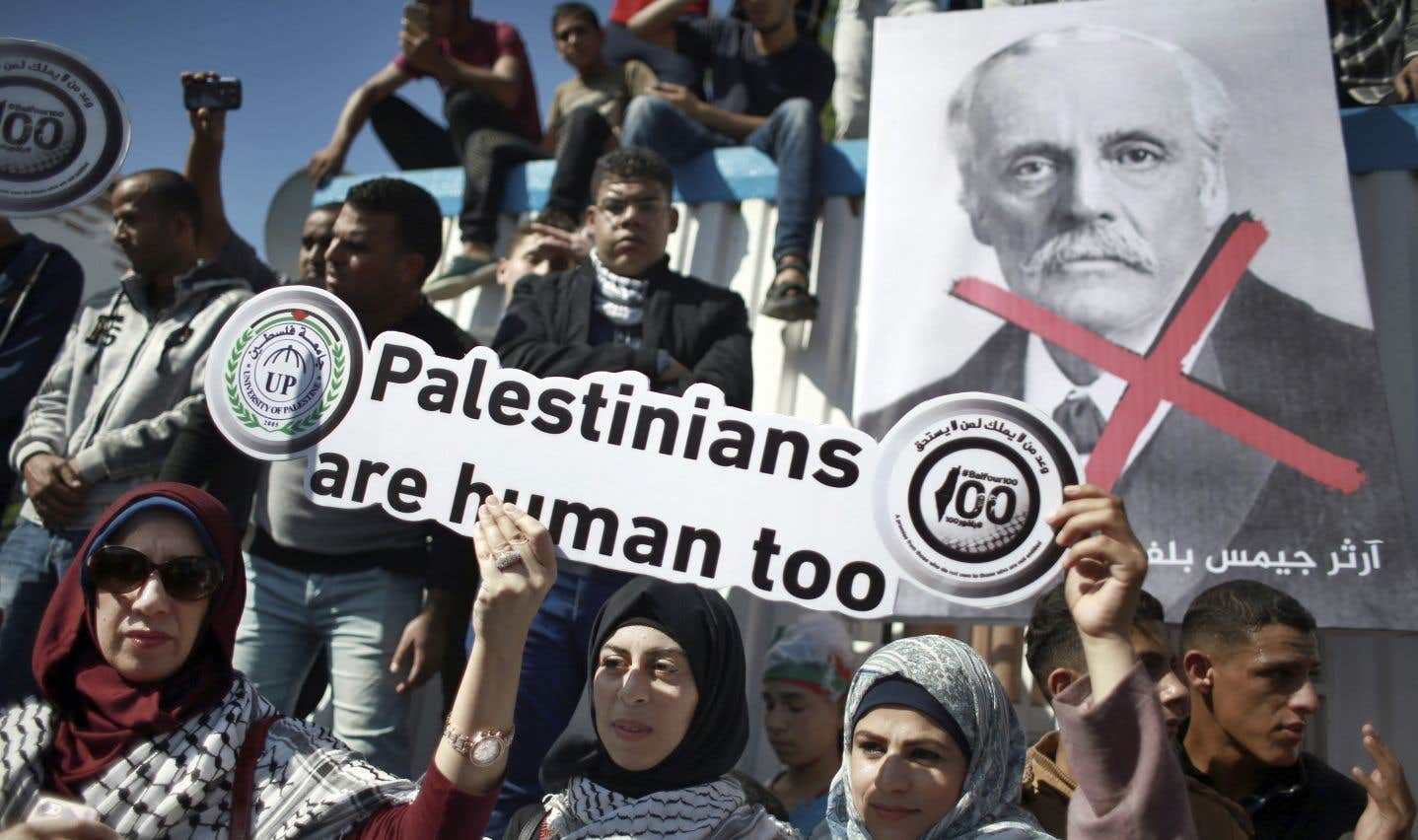 À l'occasion du centenaire de la déclaration Balfour, des Palestiniens manifestent devant le Bureau du Coordonnateur spécial des Nations unies pour le processus de paix au Moyen-Orient, à Gaza.