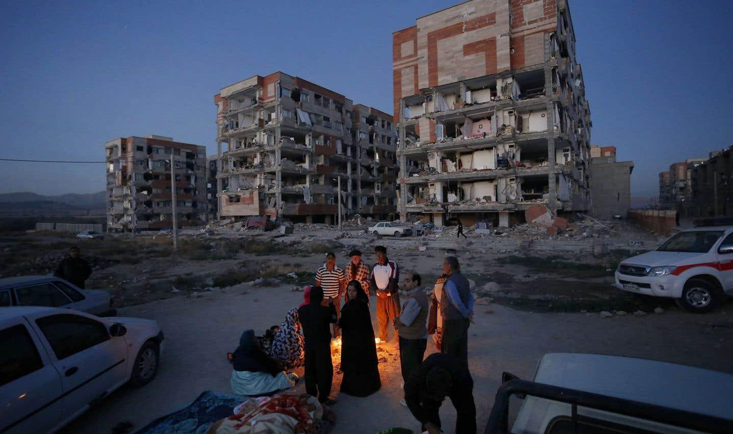 Les rescapés forcés de dormir dehors après le séisme en Iran