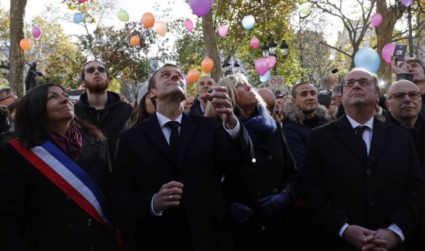 La maire de Paris, Anne Hidalgo, le président français Emmanuel Macron et son épouse Brigitte, ainsi que l'ancien président français François Hollande