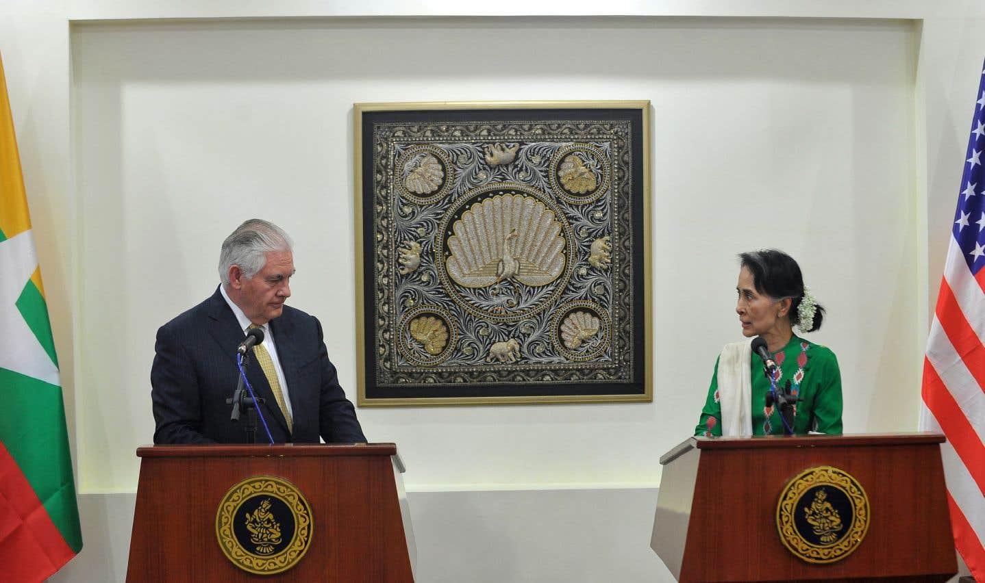 Le secrétaire d'État américain, Rex Tillerson, aux côtés de la dirigeante Aung San Suu Kyi