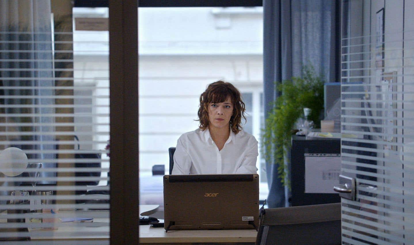 Émilie (excellente Céline Sallette) marque en cadre des ressources humaines.