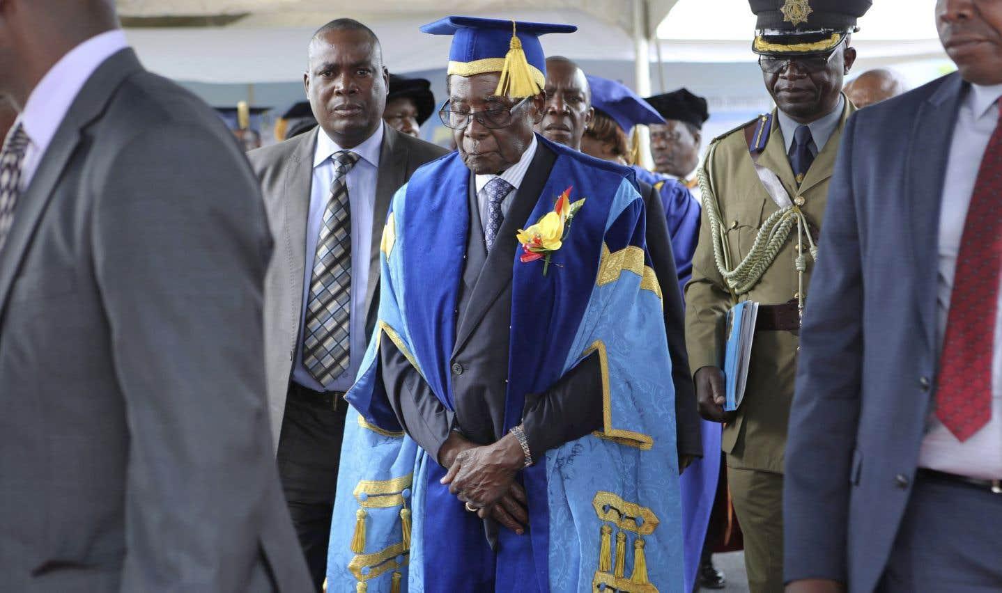 Le président Robert Mugabe a refait surface en public vendredi, pour la première fois depuis que l'armée a pris le contrôle du pays. Il a assisté à une cérémonie de remise de diplômes universitaires en compagnie de ses gardes du corps.