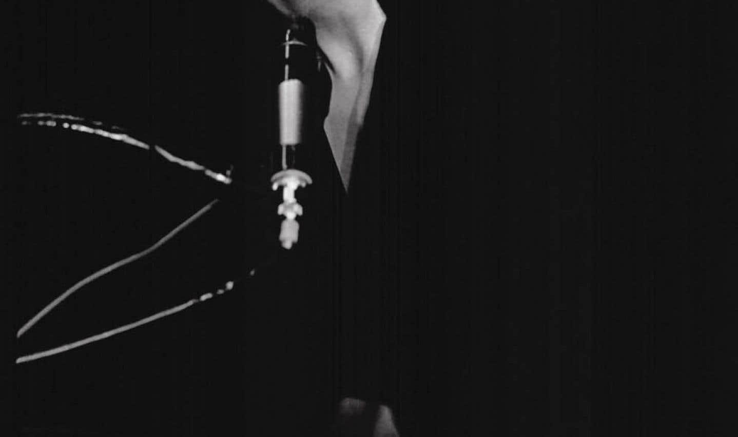 À travers ces deux heures de témoignages de proches de la chanteuse et de riches extraits d'archives, on dresse un portrait d'une femme joyeuse, taquine et lumineuse au quotidien, malgré un lourd passé.