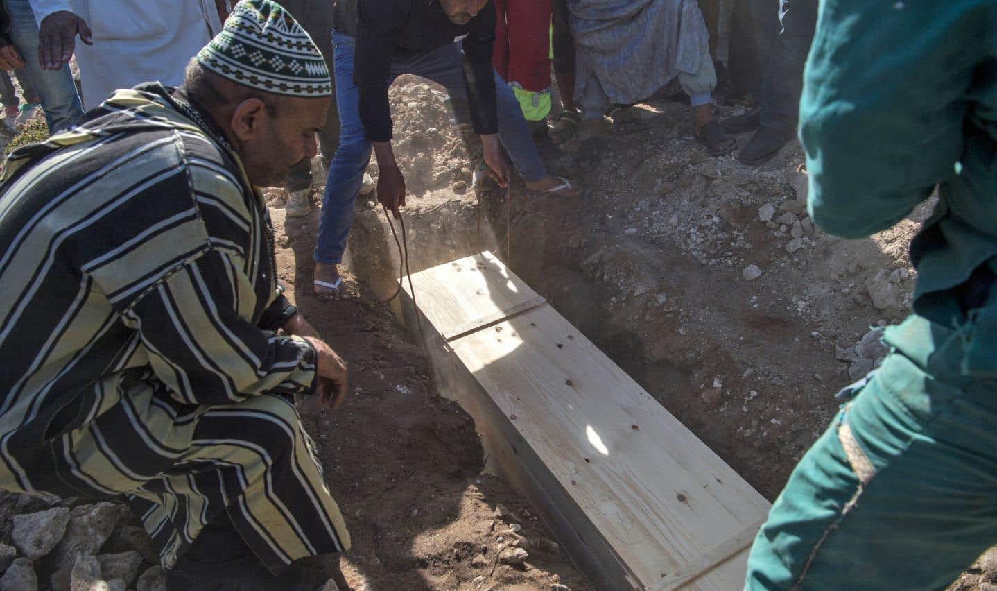 Des proches de Zahra Bent Abdelmajid, une des 15 femmes qui ont perdu la vie dimanche, lui rendent un dernier hommage, le 20 novembre, à Essaouira au Maroc.