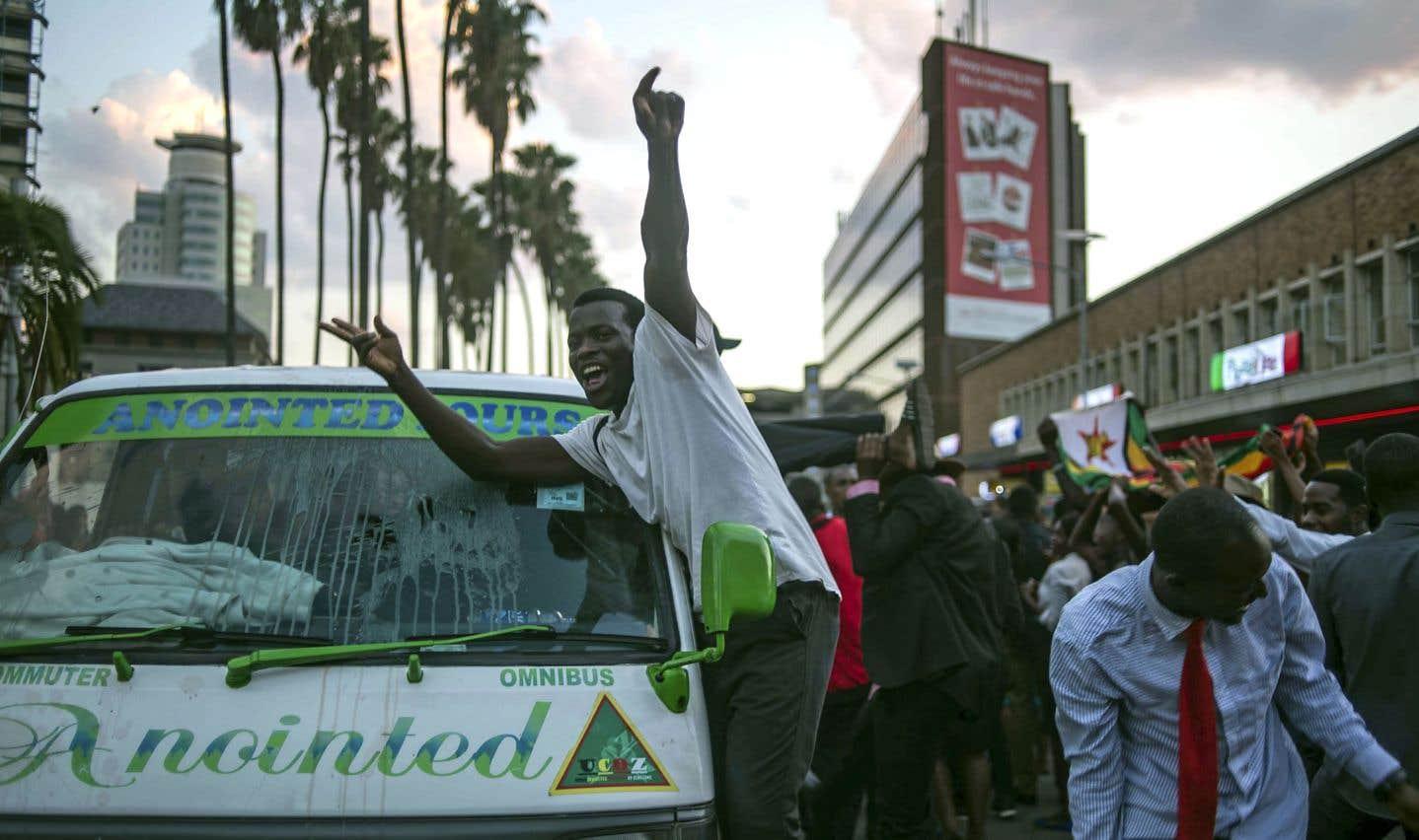 L'ambiance était à la fête dans les rues de la capitale Harare mardi, après la démission du président Robert Mugabe.