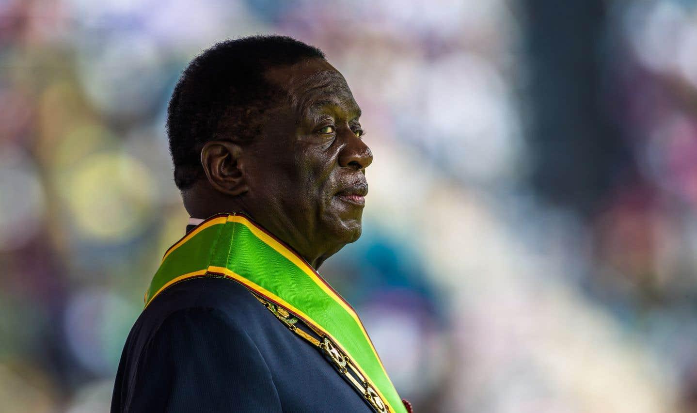 À 75ans, Emmerson Mnangagwa prend les rênes d'un pays ruiné.