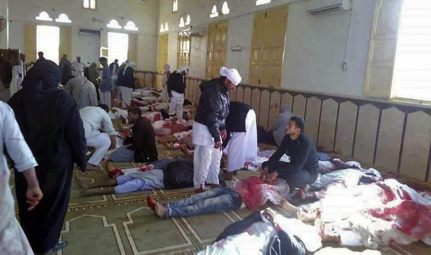 Dans la mosquée al-Rawda, dans le village de Bir al-Abed, après l'attentat qui a fait plus de 235 morts