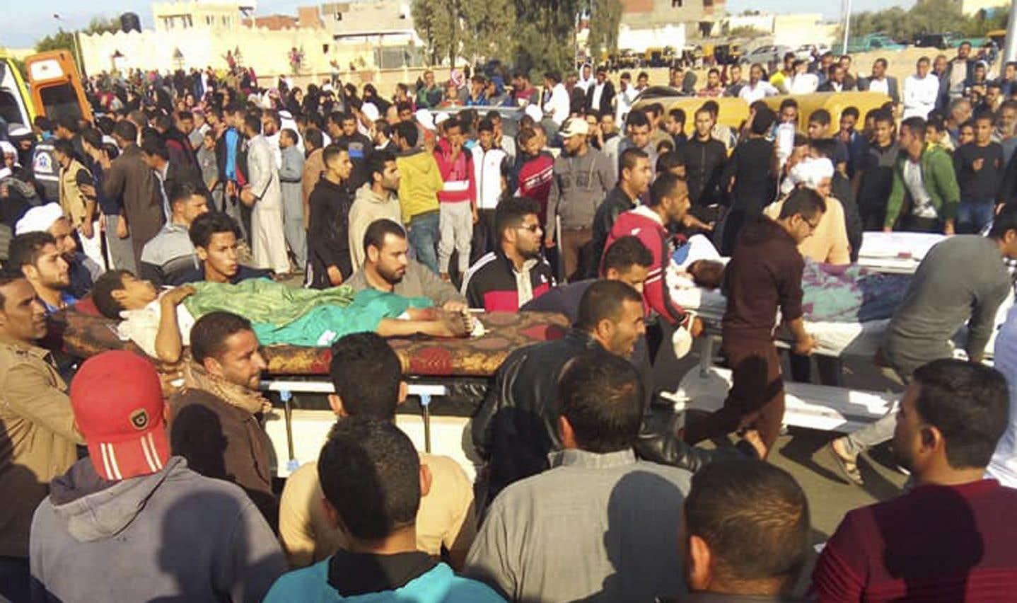 Des personnes blessées dans l'attaque sont évacuées de la mosquée, vendredi.