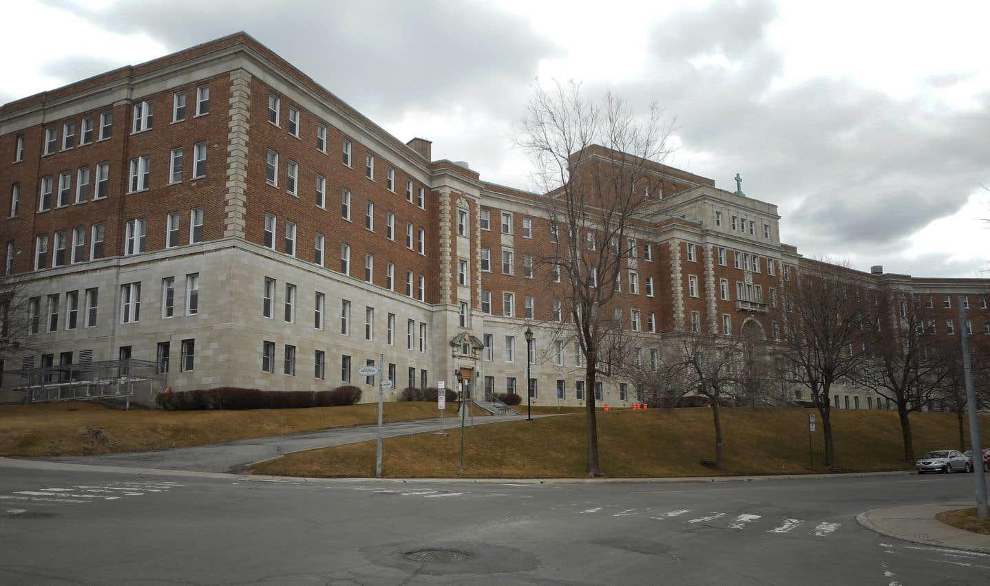 «L'Université aurait pu, à l'instar de ce que font les universités canadiennes anglophones, louer le 1420 par bail emphytéotique à une entreprise,encore mieux à un groupe sans but lucratif, pour que l'immeuble soit recyclé en complexe résidentiel pour des étudiants et des professeurs de passage,» selon l'auteur.