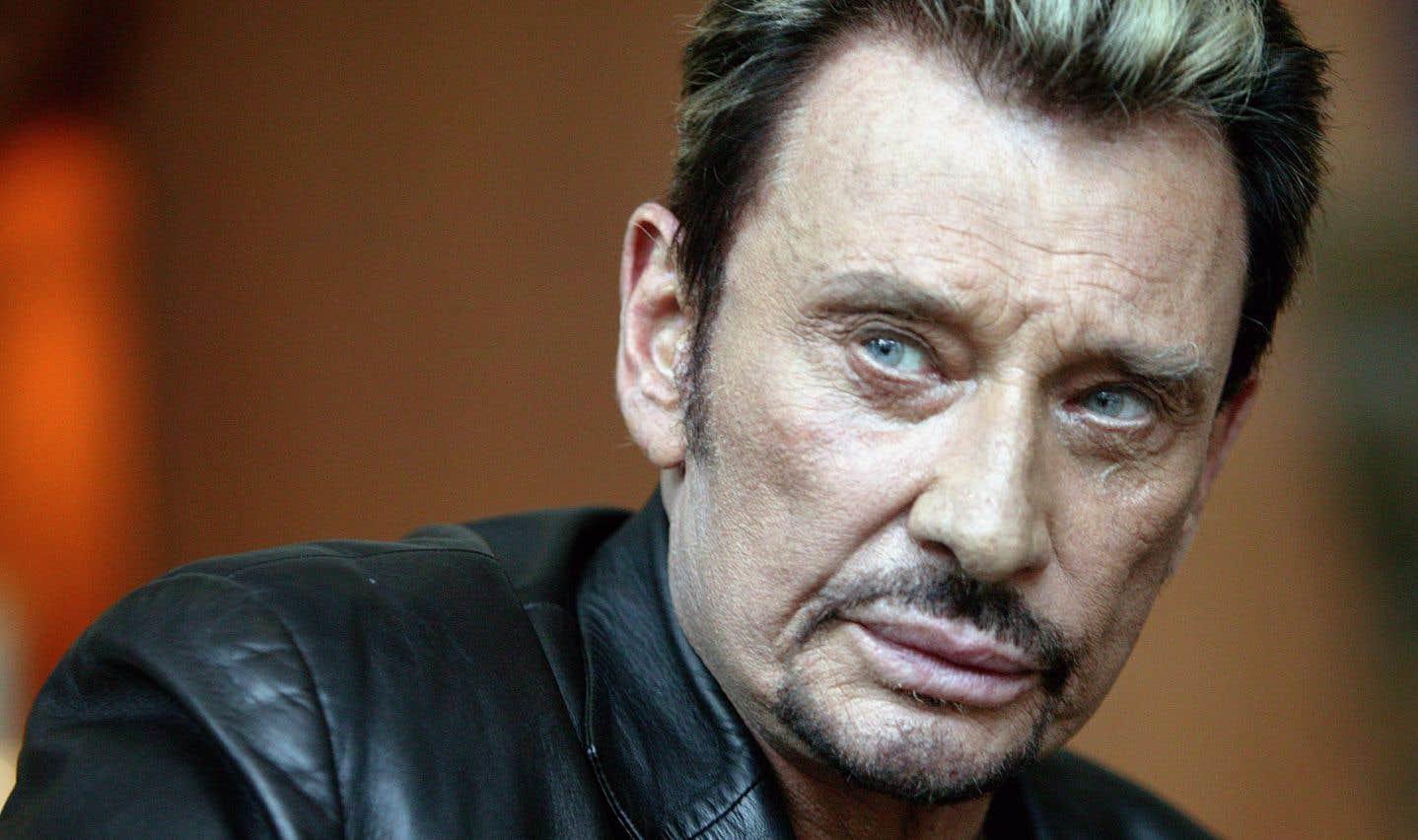 Johnny Hallyday, véritable monstre du rock français, est mort dans la nuit de mardi à mercredi à 74 ans, des suites d'un cancer du poumon.