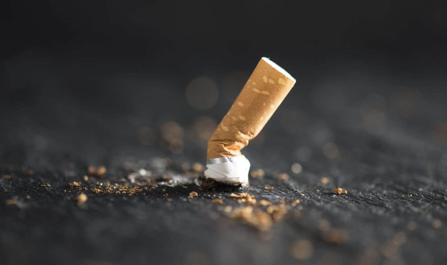 Toute une scène pour une cigarette au Théâtre du Trident