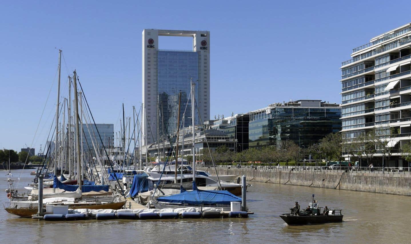 La préfecture navale patrouille dans la zone de Puerto Madero, à Buenos Aires, où se tient la conférence ministérielle de l'OMC.