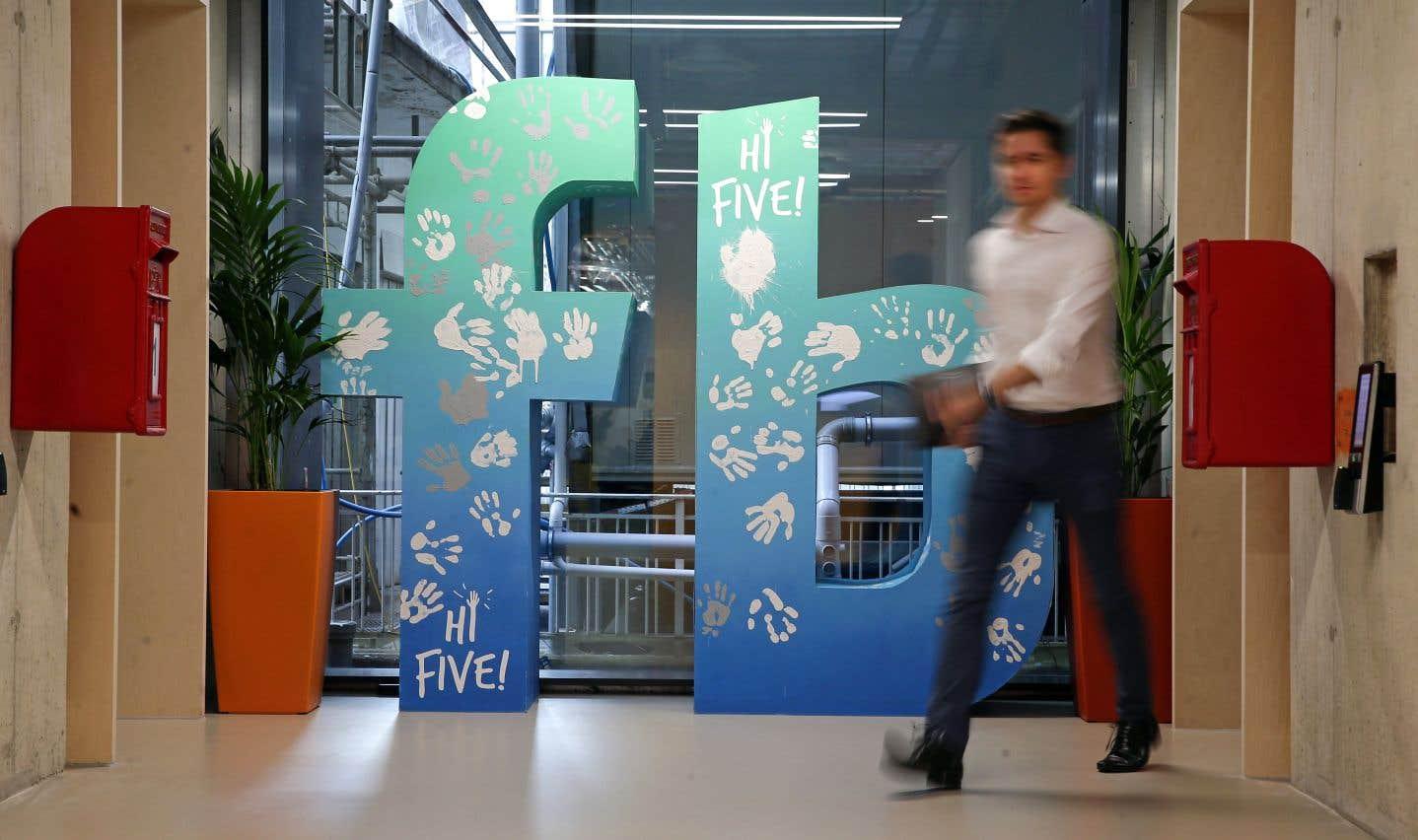 Un employé dans les locaux de Facebook à Londres. L'an dernier, le réseau social a conclu une entente avec le fisc britannique.
