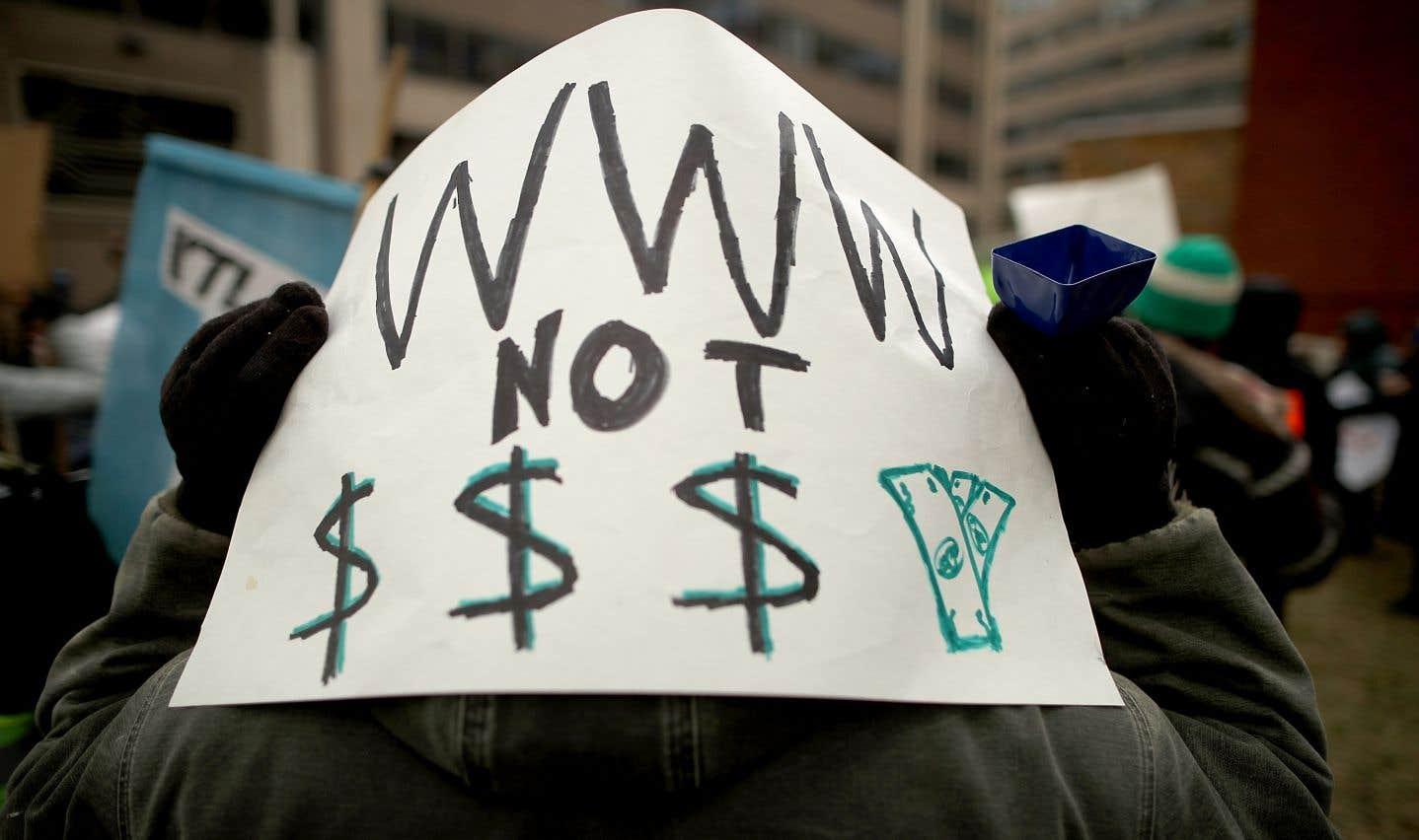 Une centaine de défenseurs de la «neutralité du net» ont manifesté jeudi matin devant le siège de la FCC.