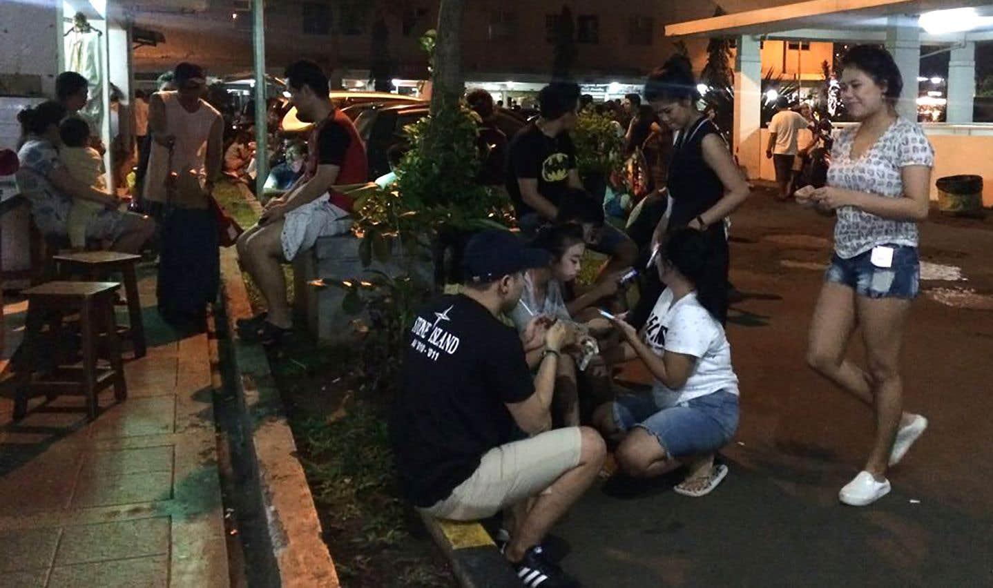 Plusieurs habitants de la capitale, Jakarta, sont sortis dans les rues après le séisme.