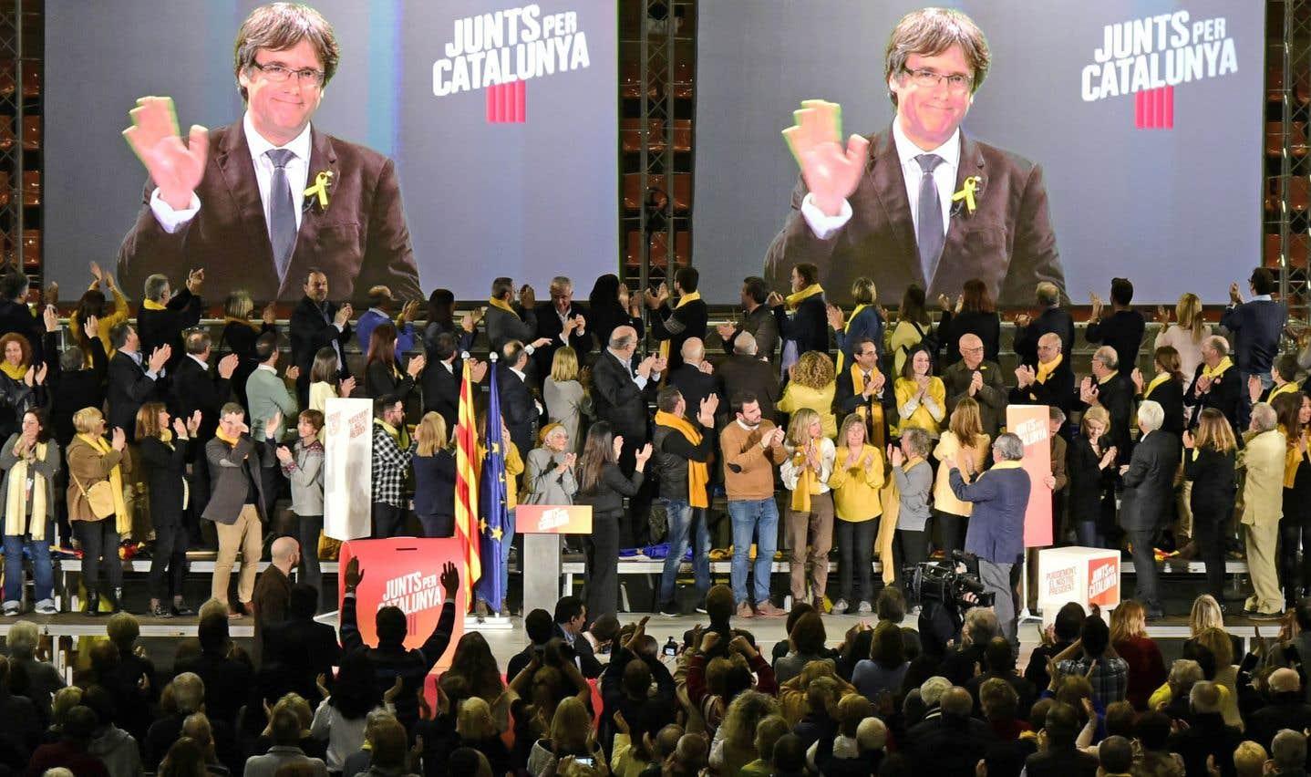 L'ancien président de la Catalogne, Carles Puigdemont, fait campagne depuis Bruxelles où il a trouvé refuge.