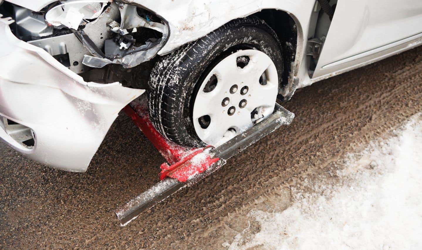 Un manque d'adhérence de la chaussée en raison du froid pourrait expliquer la série d'accidents.