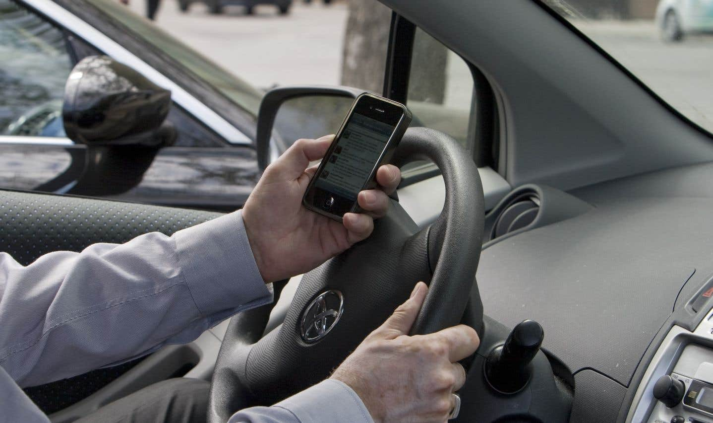 Le problème des textos au volant va en s'aggravant, croient les Canadiens