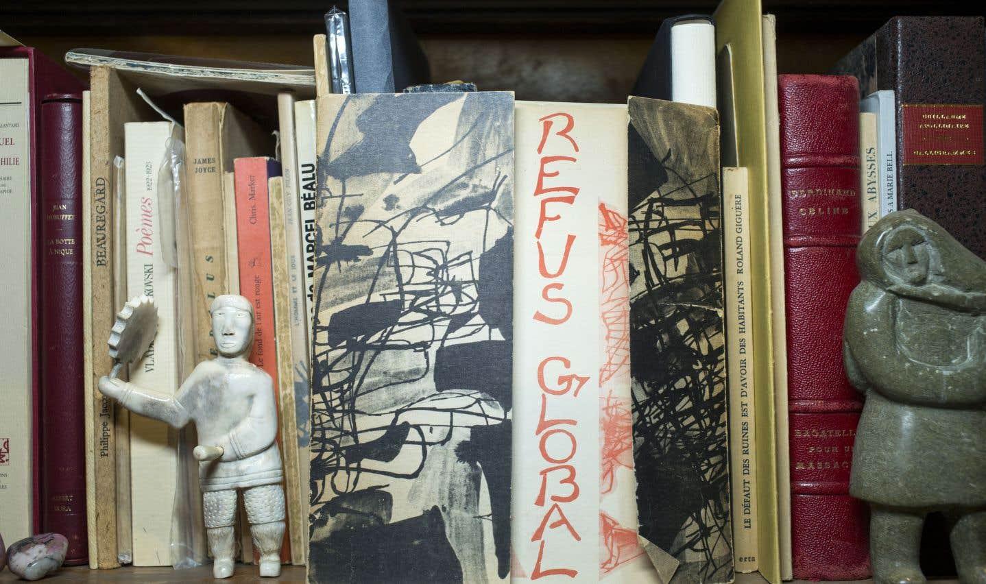 Bibelots, petits tableaux ou souvenirs de voyage ont souvent leur place dans les bibliothèques.