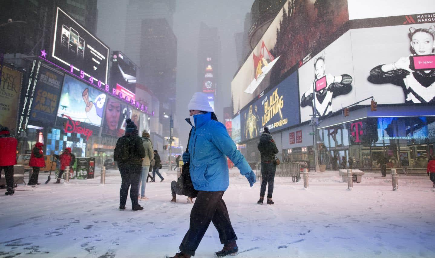 La tempête a d'ailleurs laissé des dizaines de centimètres de neige sur son passage aux États-Unis, dont à New York.