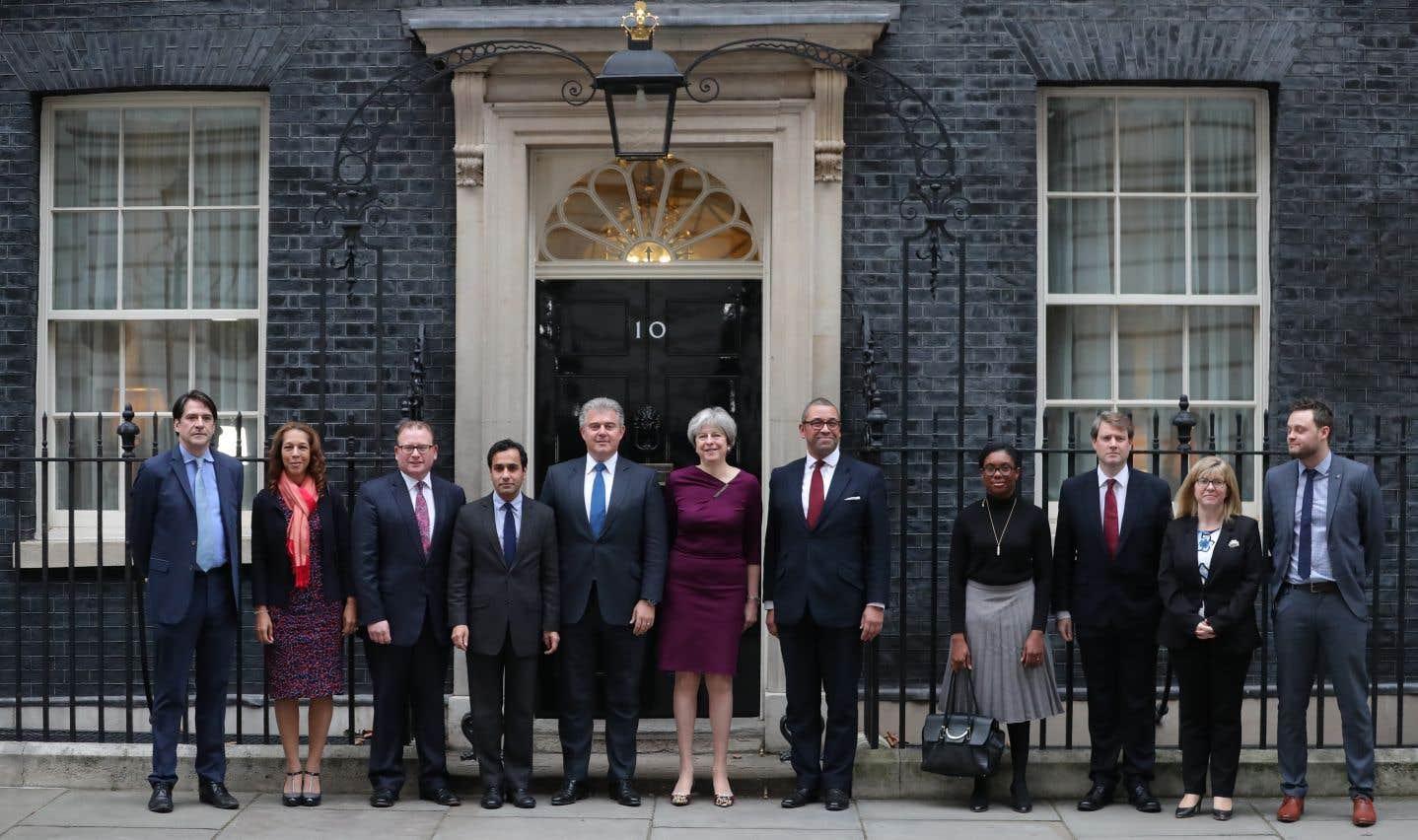 Theresa May et son équipe ministérielle pose devant le 10 Downing Street, résidence et lieu de travail de la première ministre.